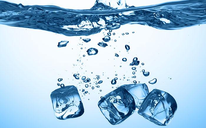 immagine relativa ai denti sensibili al freddo, raffigurante dei pezzi di ghiaccio che cadono in acqua