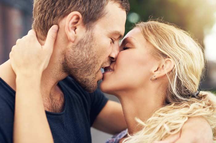 Foto di due innamorati che si scambiano un bacio